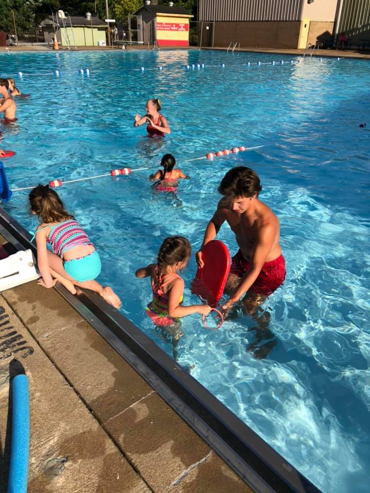 Lifeguard and children in swim lessons